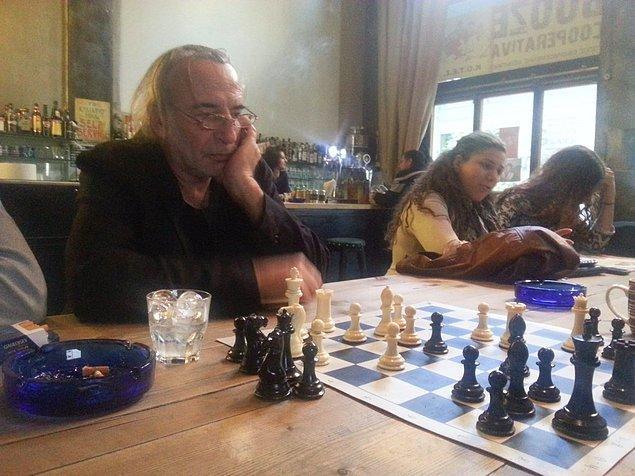 Yunanistan'da alışılmış bir kare, kafede satranç oynayanlar.