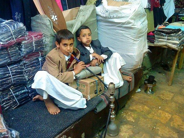 Yemen'de çocukların nargile içmesi pek de anormal değil.