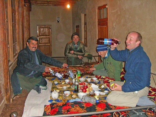 Tacikistan'ın küçük bir dağ köyüne giden Gunnar orada bir öğretmenin evinde konaklamış.