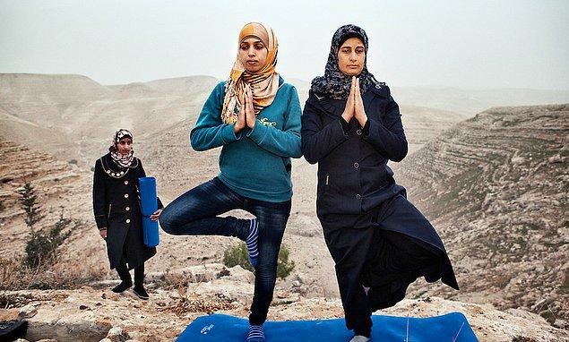 9. Amerikalı yoga öğretmeninin ders sırasında öğrencileri
