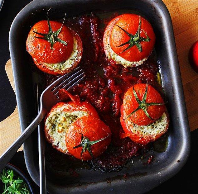 10. İçi çeşit çeşit peynir ve taze ot ile doldurulmuş olan domatese kim hayır diyebilir?