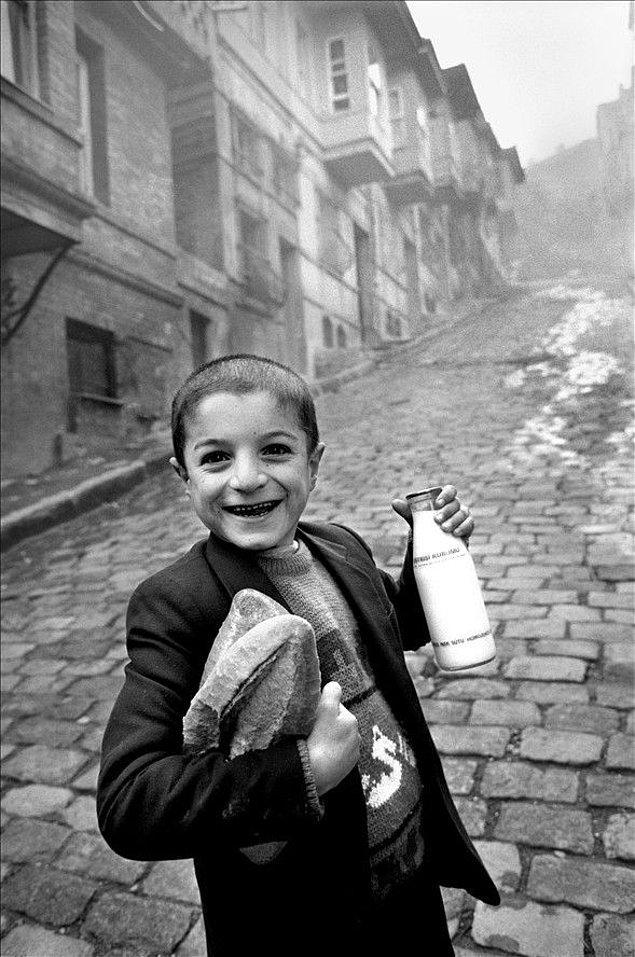 2. Herkes uyanır ve baba evin erkek çocuğunu gazete ve ekmek almaya bakkala gönderir.