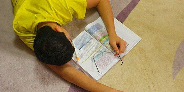 9. Gün boyu annesi tarafından ödevlerini yapması telkin edilen çocuk istemeye istemeye televizyonun karşısına kurulur. Halıda defter kitap, güya ders çalışıyordur.