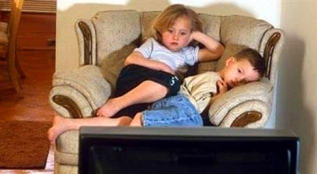 1. Sabah herkes uyurken erkenden uyanıp ev ahalisi uyanana kadar soğuk evde çizgi film izlenir.