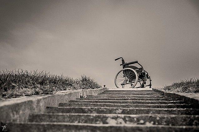 3. Bu süreçte ailesinden ayrı kalmak zorundaydı. Tekerlekli sandalyesinde yapayalnız kaldı; haftalarca tek başına ağladı.