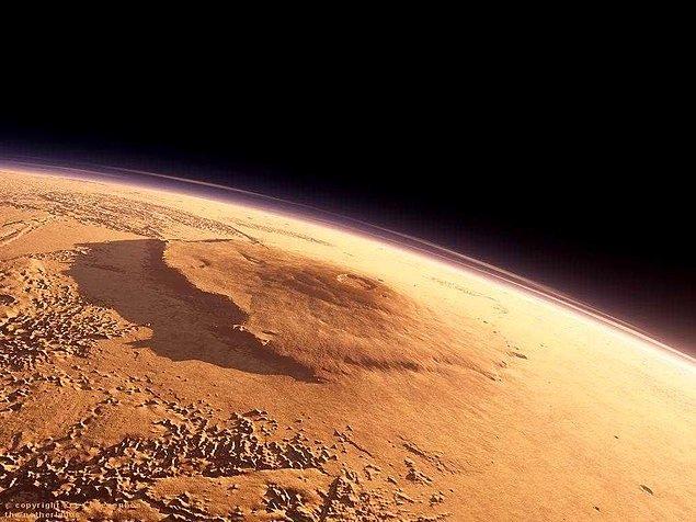 3. Evrende keşfedilen en büyük dağ Mars'taki 600 km çapında ve 25.000 metre yüksekliğindeki Olimpos'tur.