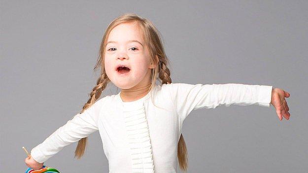 Представляем вам Кору Слокум (Cora Slocum). Ей пока всего четыре года. Коре приходится жить с синдромом Дауна.