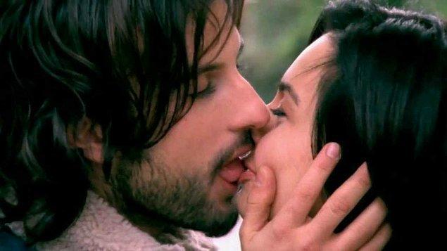4. Sevgilinin kaymaklı dövme Maraş dondurması yerine konulduğu öpücük