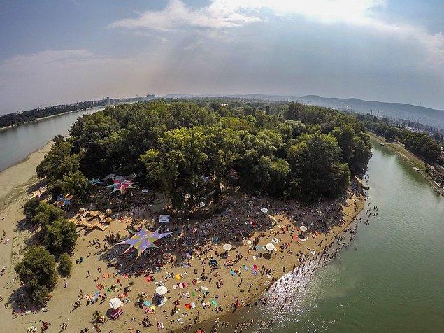 Sziget plajı, gökyüzünden konser izlemek ve müzik festivallerinin en süper yanı: Yeni gruplar keşfetmek...