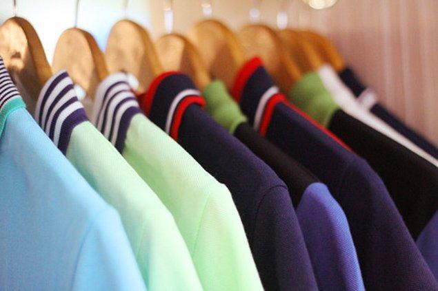 34. Polo yaka tişörtlerden vazgeçememek, giyerken de yakasını kaldırmak.