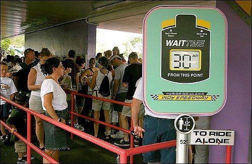 Disney'in kuyrukta tahmini bekleme süresini gösterdiği tabelası