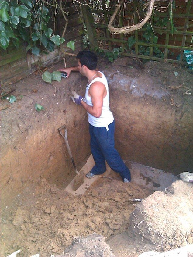 Ashley daha sonra çukurun bazı kısımlarını daha derin kazarak evin tabanını şekillendirmeye başlar.