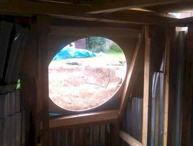 Evin şimdilik içerden dışarıya açılan penceresinin görünümü