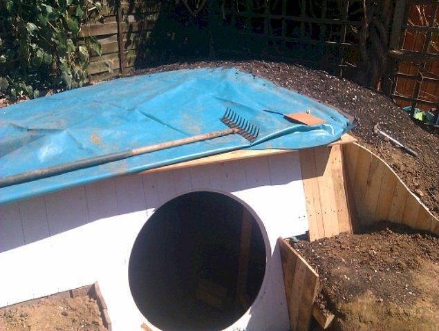 Ashley daha sonra hobit evinin çatı kaplama işine başlıyor.