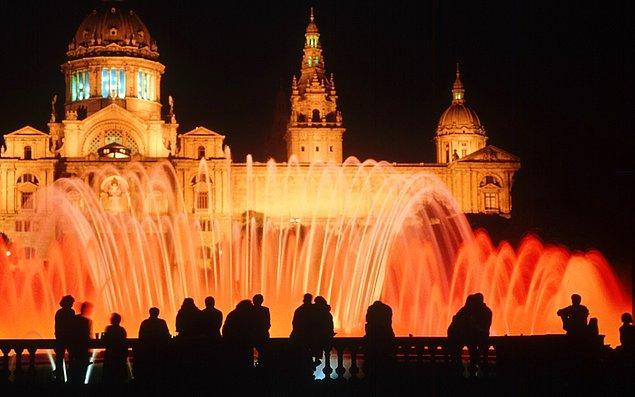"""9. Akşamları yapacak hiçbir şey bulamazsanız bile oturup """"Büyülü Çeşme""""yi (Magic Fountain) saatlerce izleyebilirsiniz."""