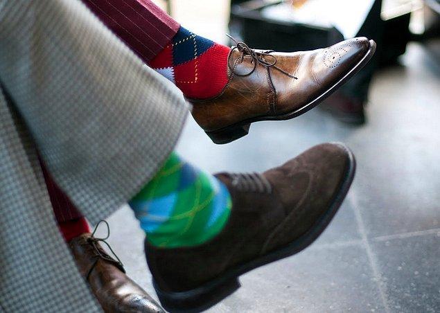 17. Çoraplar elbette ki kişiliğinizin bir uzantısıdır, ancak ayakkabınızla, pantolonunuzla aynı renk olmalı diye bir kaide yok.