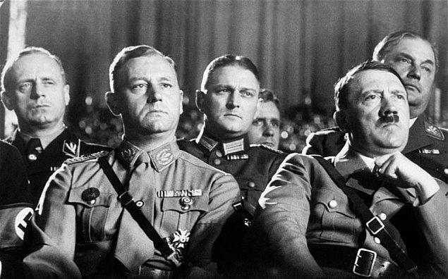 9. Naziler mayın tarlalarını yakaladıkları sivilleri üzerinde kovalayarak temizliyordu.