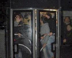Sıkışık metrobüste yanındaki kadın sapık sanmasın diye şekilden şekile girmek