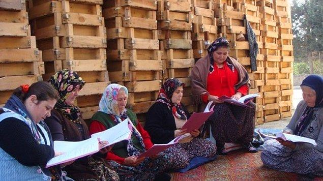 """Ümmiye Koçak, """"Hasret Çiçekleri"""" adlı oyunuyla 2006 yılında Sabancı Uluslararası Adana Tiyatro Festivali'nde sahne almış."""