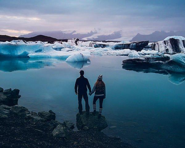 Они едут в страну роскошных пейзажей - Исландию.