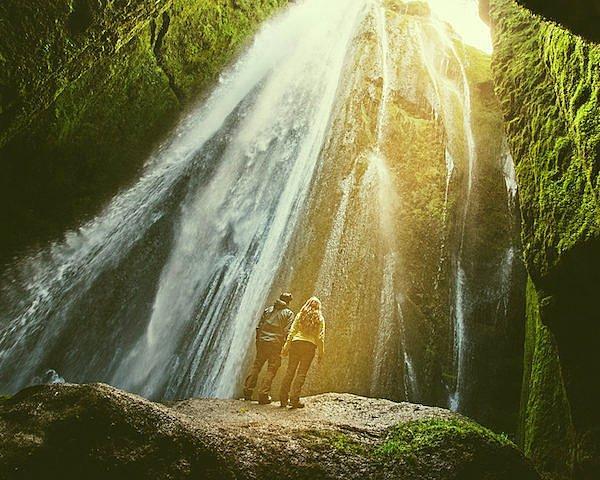 Для этого они обошли водопады и горы, пока не нашли самое красивое место на всем острове.