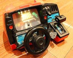Direksiyon, vites, sinyal verme ve daha bir çok fonksiyonu olan; vasıta kabini biçiminde bir oyungah ile çocuğunuzu sevindirin.