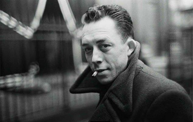 9. Albert Camus futbolu tutkuyla seven bir kişiydi ve gençliğinde kaleciydi. Futbolu her zaman edebiyat ve tiyatroya tercih ettiğini belirtmiştir.
