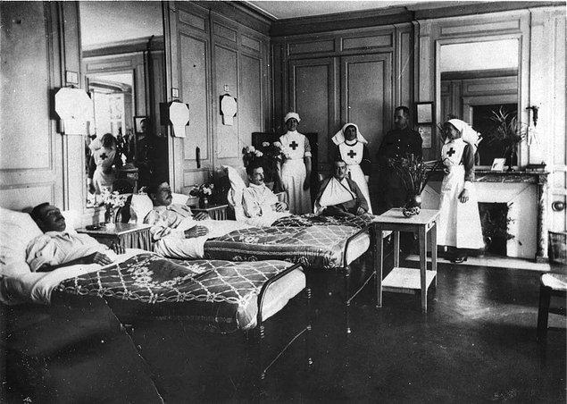 1951'de İngiltere'de, hastaneleri dolaşıp sahte hastalık hikayeleri anlatan ve ihtiyaç duymadıkları cerrahi müdahaleler talep eden bir grup hasta tespit edilir.