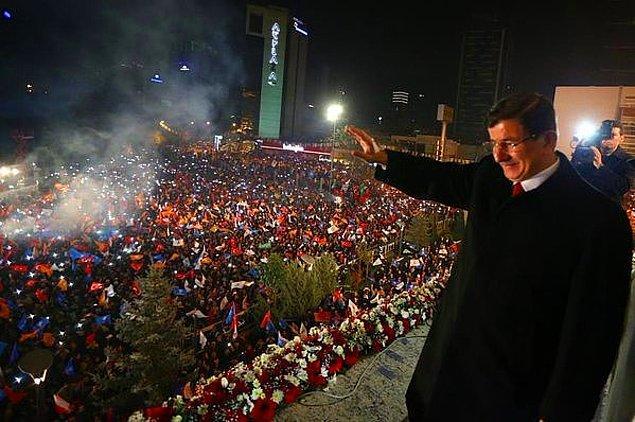 01:10 | Davutoğlu balkon konuşmasını yaptı
