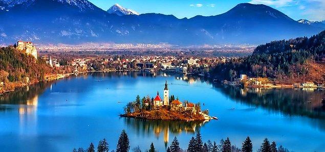 """""""Slovenya'nın güzelliğinin sembolü"""" olarak bilinen Bled, Avusturya sınırına yakın bir yerde konumlanmış durumda. Slovenya'nın başkenti Ljubljana'ya ise 55-60 km'lik bir uzaklığa sahip."""