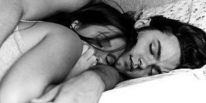 Sevgilisiyle Birlikte Uyuyan İnsanların Bütün Gece Boyunca Yaşadıkları 15 Dram