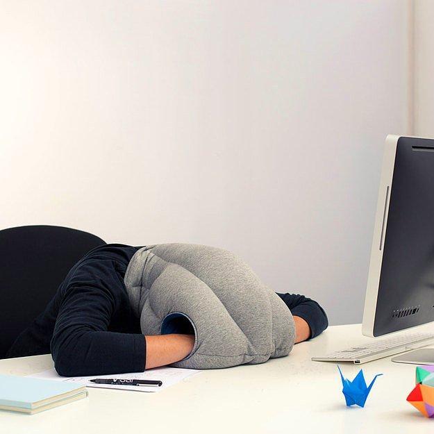 Подушка-страус, которая позволит тебе спрятать свою голову, зарывшись в «песке».