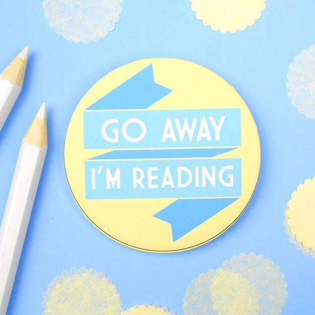 Специальный бейджик на случай, если кто-то захочет тебя отвлечь от прочтения интересной книги.