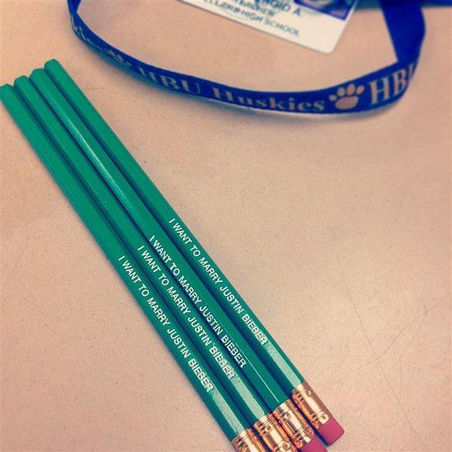"""8. Kalemlerinin çalınmasından bıktığı için """"Justin Bieber'la evlenmek istiyorum."""" yazılı kalemler kullanan bu öğretmen 😬"""