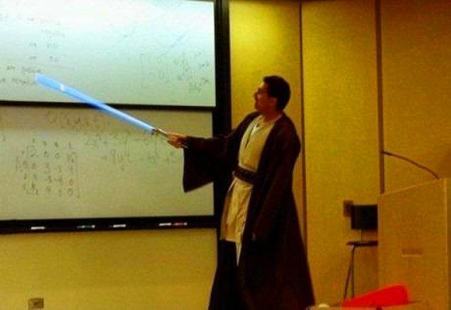 9. Cadılar Bayramı'nda derse bu şekilde giren Ekonomi profesörü.