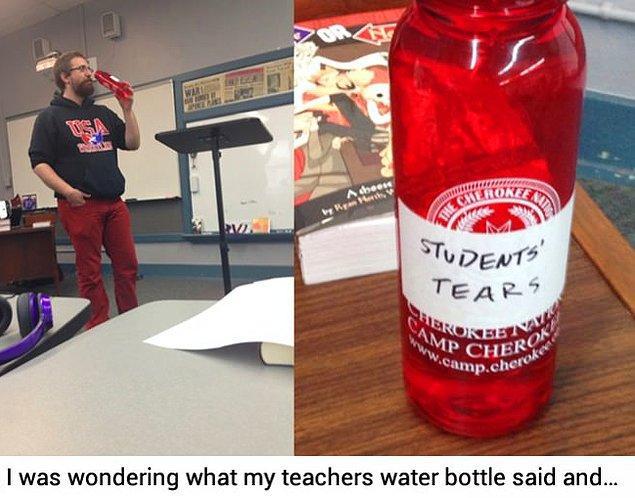 """12. Sınıfta içtiği su şişesinin üstüne """"öğrencilerin gözyaşları"""" yazan bu öğretmen."""