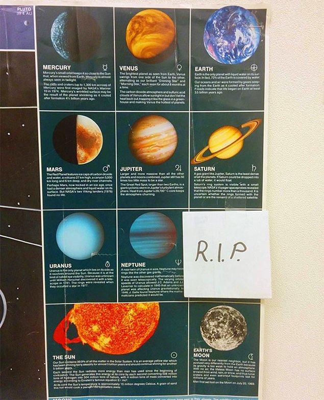18. Gezegenlikten çıkarılan Plüton reyizi unutmayan, unutturmayan bu öğretmen.