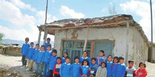 3. Böyle bir köy okulunu düzenlemeye çalışır öğretmen. Belki de direkleri bile sağlam olmayan okulu kendi omuzlarında taşır.