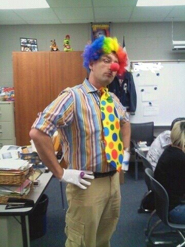 """19. Bir öğrencisi """"Burada eşcinsellerin evlenememesinden memnunum, onlar beni palyaçolar kadar korkutuyor."""" dedikten sonraki gün okula böyle gelen öğretmen."""