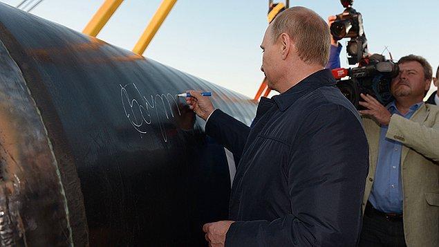 """23. Gazprom ayrıca  """"Türk Akımı Boru Hattı"""" projesinin kapasitesini de yarı yarıya düşürdüğünü ve projeyi bir yıl erteleyebileceğini açıkladı."""