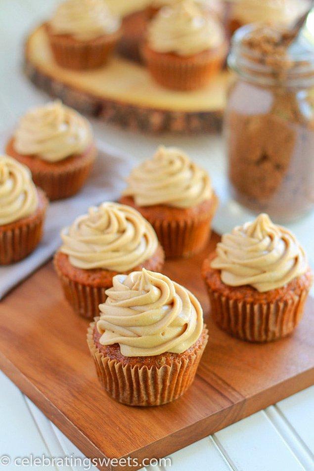 7. Havuçlu keke biraz esmer şeker ve labne ile krema yapıp cupcakeliğe terfi ettirsek?