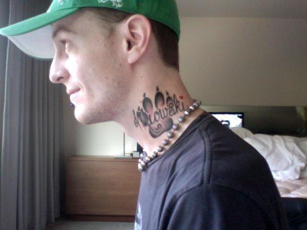Черные наколки на шею
