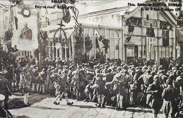 4. Ve böylece 14 Mayıs 1919'da, İngiltere ve Fransa destekli Yunan donanması İzmir'i işgal etmek için Pire limanından hareket eder.