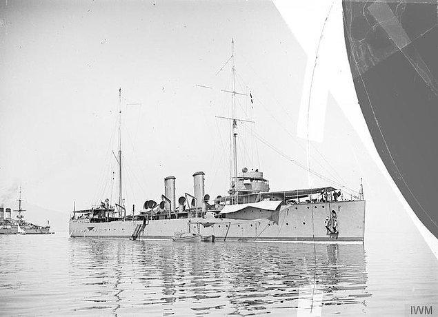 6. Zira bir grup sosyalist Yunan askeri, gemilerde gizli gizli bir bildiriye imza atmaktadır.