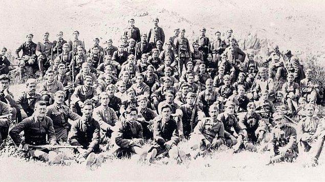 9. Sonuçta, yaklaşık 200 Yunan astsubay ve askeri Anadolu'nun işgaline karşı çıkar ve manifestoyu imzalar.
