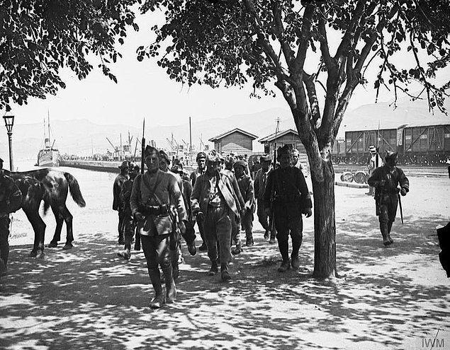 """13. Bu arada """"Anadolu halkı bizim kardeşimiz, biz savaşmayacağız"""" diye silah bırakan 200 yunan sosyalist tutuklanmıştır."""