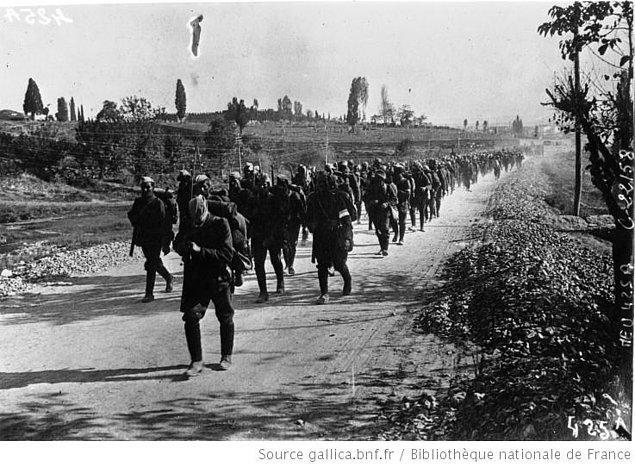 19. Fakat mücadeleleri boşa gitmez. Ve bu onurlu insanların başlattığı isyan ateşi nedeniyle binlerce Yunanlı sokaklara dökülürken, Yunan Ordusundan firar edenlerin sayısı 90 bine ulaşır...