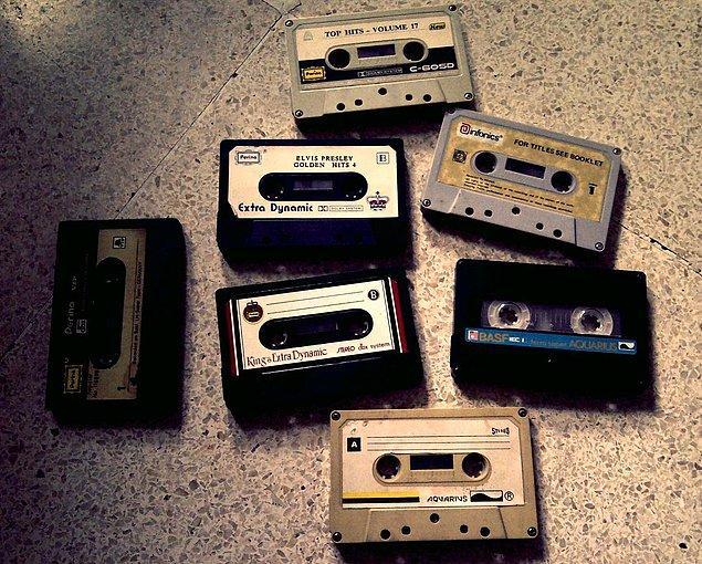 1. Evin içerisinde dört dönüp boş kaset ararsın. Eğer boş kaset bulamazsan fazla dinlenmeyen bir kaseti kurban olarak seçersin.