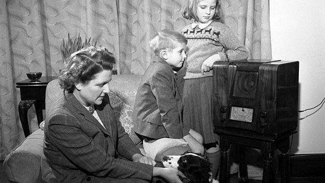 7. Sonra o sırada mutfakta olan annen odaya girip sana seslenebilir, ya da radyo programcısı konuşmaya başlayabilir.