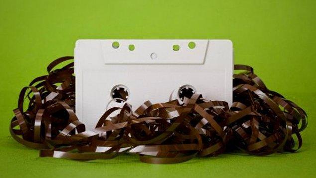 12. Sağdan soldan bulunan rastgele kasetlere çekim yapıldığı için oldukça karma kasetler ortaya çıkabilir. Metallica'dan sonra Cengiz Kurtoğlu çalabilir. 😂
